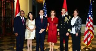 Brian Nichols (Embajador USA), Gevi Kam, Larry Gumbiner(Jefe de misión adjunto), Ana Gumbiner, Scott Johnson (Capitán y agregado naval de USA) y Christina Johnson