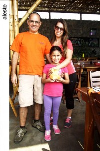 Marco y Rafaella Figueroa junto a Herlyn Hare en Chaxras, Pachacámac.