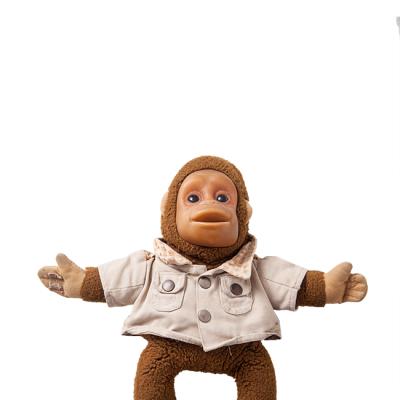 Mono de peluche: Su pequeño macaco lo acompaña desde que nació. Fue un regalo de sus padres y desde entonces ha sido su inseparable amigo.