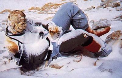 Peter Boardman. En 1982 desapareció mientras escalaba. Su cuerpo fue encontrado recién diez años después y fue reconocido por su ropa. Quienes toman la ruta Sur, en el Everest, se topan necesariamente con él.