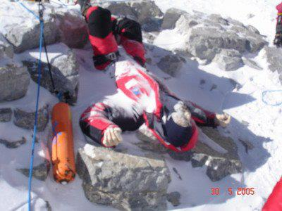 El saludador. Uno de los cadáveres más conocidos desde 1997. Recibe el apodo por la posición de los brazos.