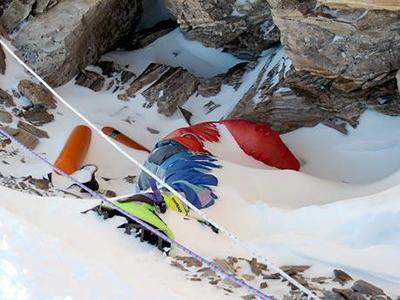 Botas verdes. Recibe el apodo por el color vistoso del calzado; sin embargo, su verdadero nombre es Tsewang Paljor, un aguacil indio que murió congelado en 1996.