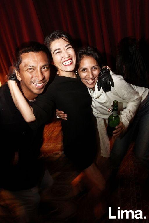 Jorge Luis Salinas, China Uehara y Sara Lima en cumpleaños de Rafo Iparraguirre, Microteatro.