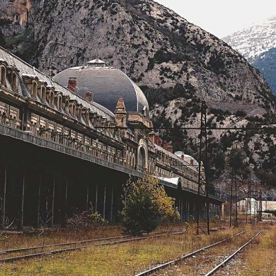 Estación de tren en Aragón, España. En 1970, un tren descarrilado destruyó el puente que conectaba la estación con la frontera francesa. Decidieron no reconstruirlo.