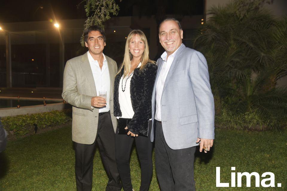 Carlos Flores, Paola de Flores y Eddy Buendía.