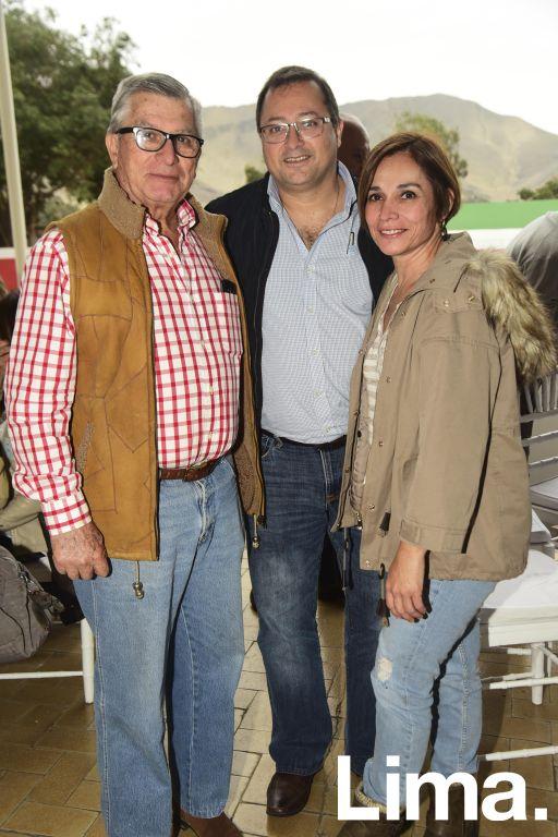 Álvaro Muñiz, Salim Abusada y Jackie  Abusada.
