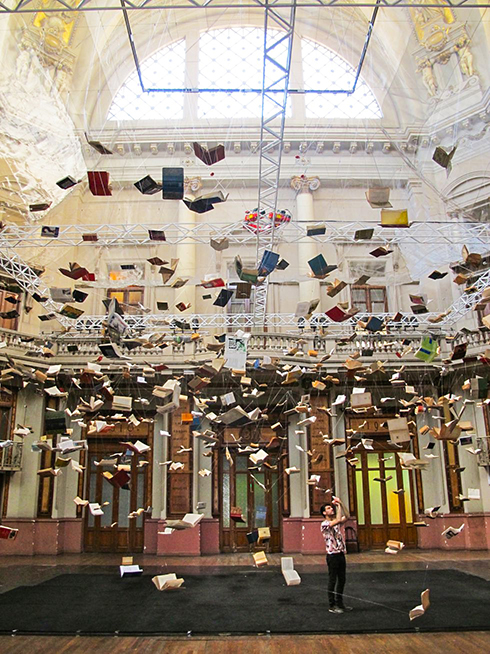 Instalaci¢n-Flying-books-de-Christian-Boltanski-en-el-Centro-Nacional-de-la-M£sica-de-Buenos-Aires_Solucionista_Arte ret