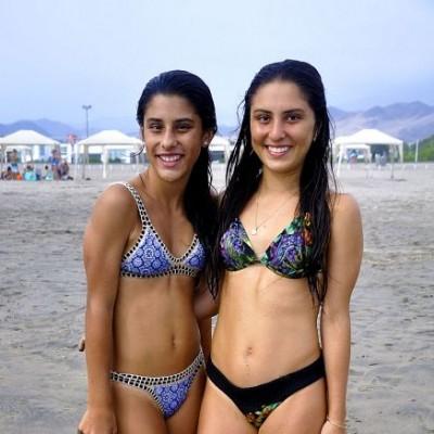 Andrea y Micaela Flores en Playa del Sol.