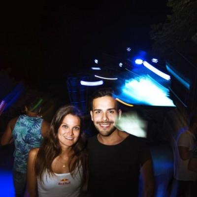 """Bianca Drago y Fabricio Pajares en el lanzamiento de """"Distance Between Dreams""""  de Red Bull en el Drágón del Sur, Punta Hermosa."""