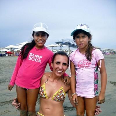 Isabella Varas, Alina Miro Quesada y Milena Tirado en Playa Bonita.