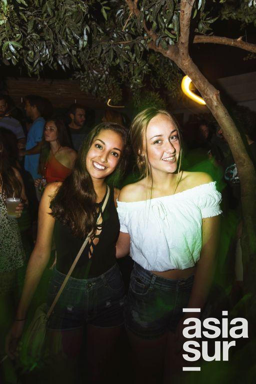 """Maria Ximena Vasquez y Valeria Camino en el lanzamiento de """"Distance Between Dreams""""  de Red Bull en el Drágón del Sur, Punta Hermosa."""