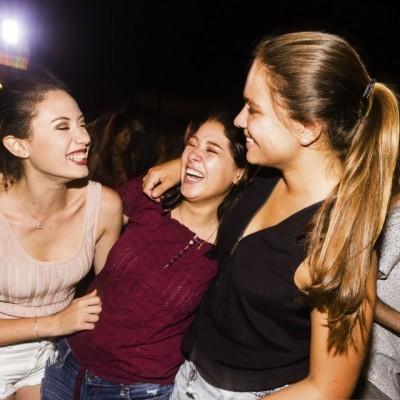 Mariel Dyer, Jimena Romero y Araceli Stoessel en La Cachina Bar, Boulevard de Asia.