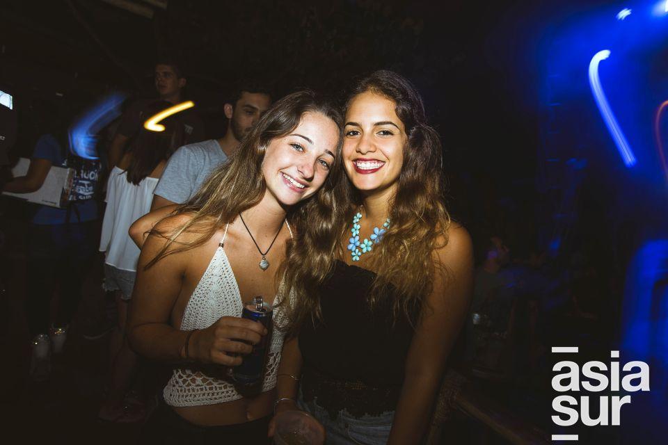 """Samantha Summers y Maccarena Becerra en el lanzamiento de """"Distance Between Dreams""""  de Red Bull en el Drágón del Sur, Punta Hermosa."""