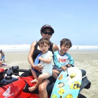 Charo Cruz, Christian y Lucas Vos en Playa del Sol.