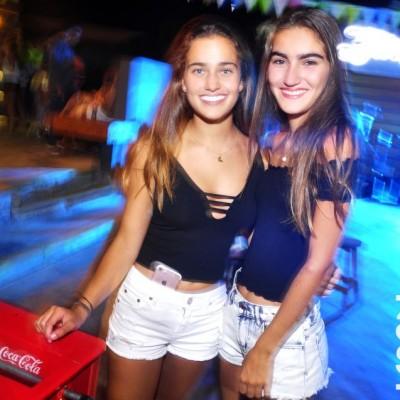 Francesca Santos y Arantza Orihuela en La Cachina Bar, Boulevard de Asia)