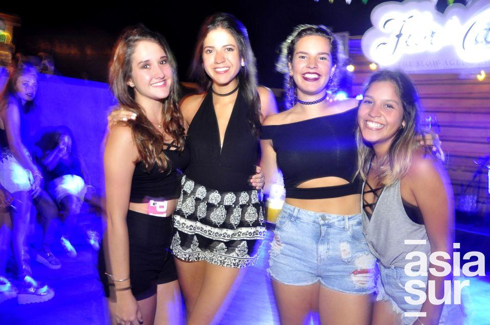 Ornella Lercaro Alexia Vigil, Ariana Zavala y Nicole Lindley en La Cachina Bar, Boulevard de Asia.