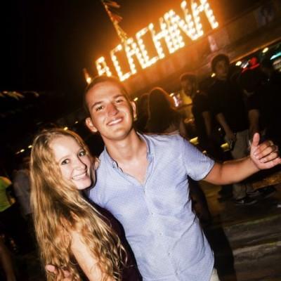 Micaela Aguirre y Bruno Vargas en la Cachina Bar, Boulevard de Asia.
