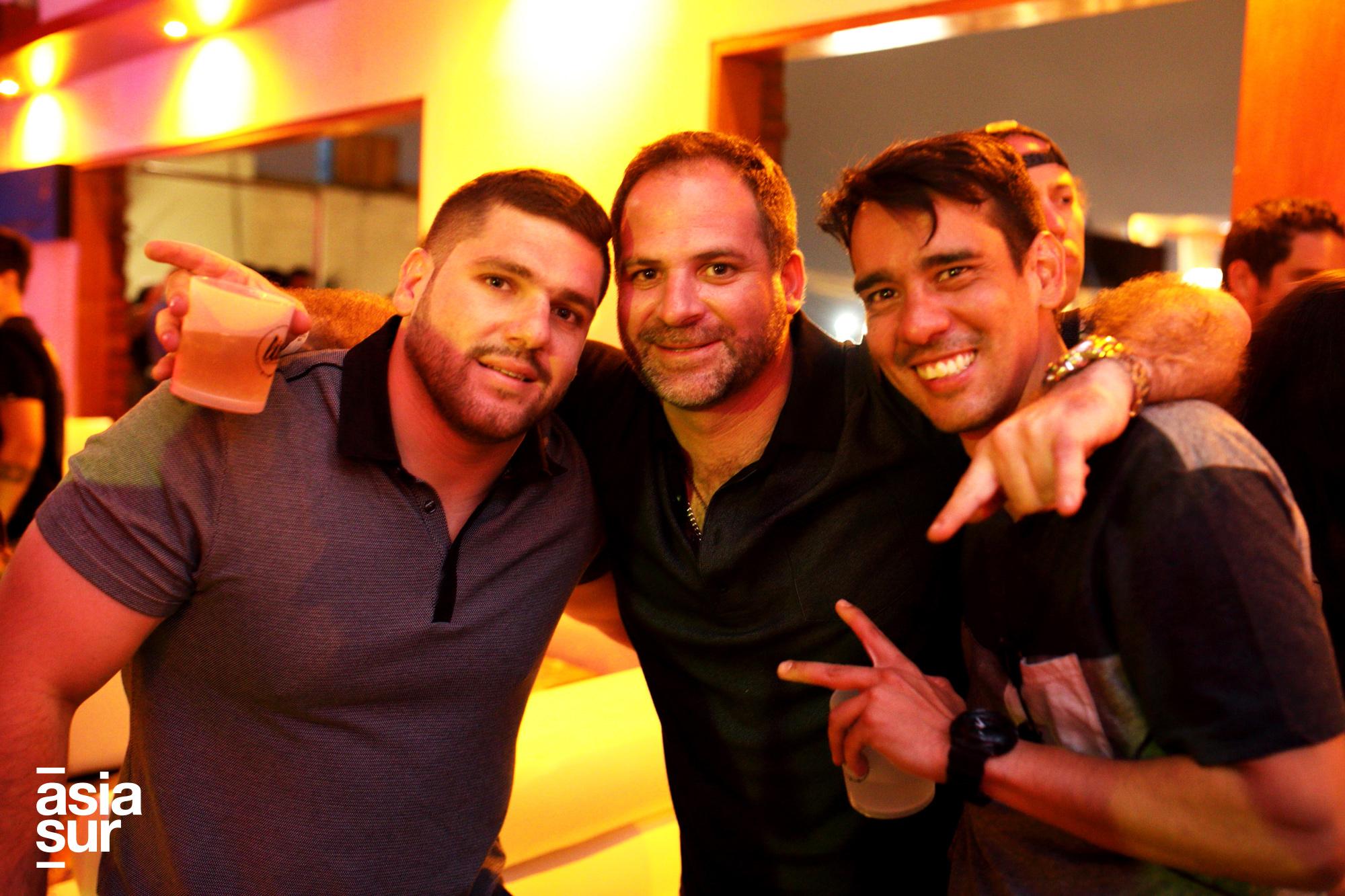 Joaquín Benavides, Felipe Benavides y Renzo Crovetto en el debut oficial de Malu Vuitton en Lio de Punta Hermosa